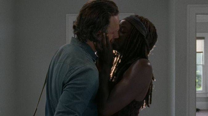 the walking dead rick michonne beso