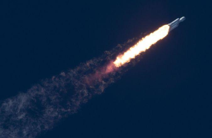 el increíble primer vuelo del potente cohete Falcon Heavy de SpaceX