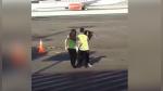 Mujer hizo berrinche en pista de aterrizaje tras tratar de alcanzar el avión que acababa de perder - Noticias de aterrizaje