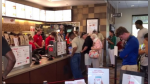 Personal de restaurante de comida rápida logra que comensales se unan a plegaria por compañera enferma - Noticias de pilar solidario