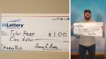 Ganó un dólar en la lotería y pidió que se lo paguen con un cheque gigante - Noticias de loteria