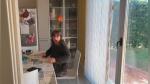 Regresa a su casa después de meses y la emotiva reacción de su mamá al verlo se vuelve viral - Noticias de día de la madre