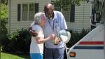 Cartero se jubila tras 34 años y vecindario donde siempre trabajó le regaló algo que jamás olvidará - Noticias de bebé