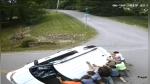 Jóvenes rescatan a conductor segundos antes de que su auto estallara en llamas - Noticias de accidente automovilístico
