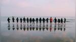 Forman impresionante cadena humana en playa para salvar a dos nadadores - Noticias de viral