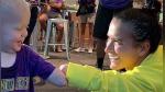 El emotivo saludo entre un niño sin antebrazo y una futbolista con la misma discapacidad - Noticias de pride