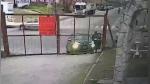 Bajó de su auto para abrir puerta de estacionamiento y distracción le arruinó el día - Noticias de robos