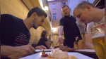 Visita el peor bar de Europa sin imaginar que se llevaría sorpresa con mesero - Noticias de república checa