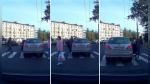 Pasó a través de un auto estacionado en un cruce peatonal y causó furor en Internet - Noticias de rusia
