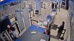 Aeropuerto despide a agente de seguridad por video viral en el que llama feo a pasajero - Noticias de