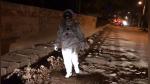 Se disfraza de astronauta para protestar por los gigantesco huecos de su calle - Noticias de carro