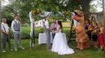 Dama de honor se viste como T-Rex para la boda de su hermana y causa furor en Facebook - Noticias de teorias