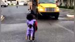 El cálido recibimiento que una pequeña le da a su hermano mayor a su regreso del jardín de niños - Noticias de ipad