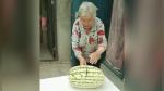 Anciana rompe una mesa en su intento de cortar una sandía - Noticias de mujer satisfecha