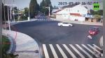 Hombre es arrollado por no respetar señales y un perro le da una 'lección' de civismo segundos después - Noticias de video